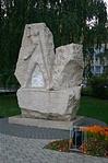 A Gábor Dénes Főiskola előtt álló emlékmű