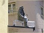 A fogadó homlokzatán található szobor