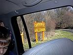 A fogadó út melletti táblája