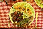 Pesto-s pisztráng grillezett cukkinivel és friss salátával