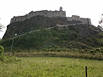 A vár lentről (mászók a hegyen)