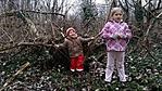A rejtők a rejtekadó fával a háttérben