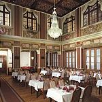 ... és a hagyományos étterem...