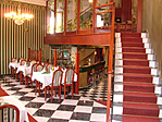 étterem a recepcióhoz vezető lépcsővel
