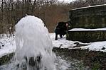 Télen érdekes látvány a forrás mellett feltörő víz.