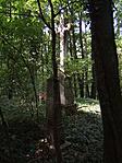 Feszület és egy olvashatatlan obeliszk
